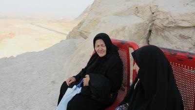حاج خانومای مشهدی در حال استراحت